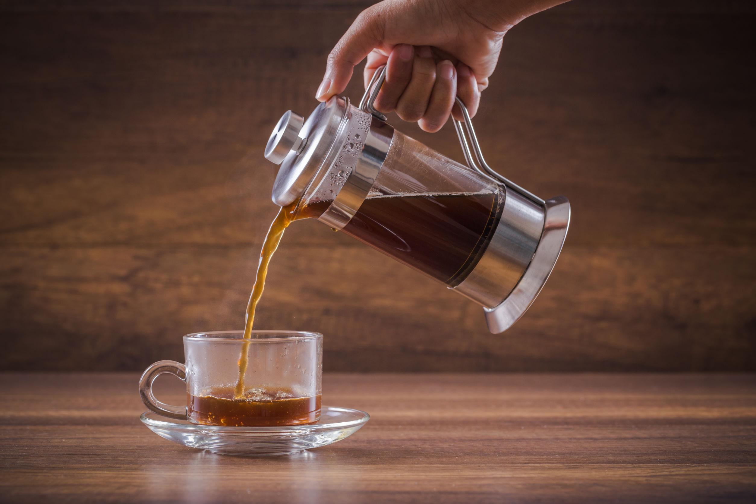 Imagen de persona sirviendo café