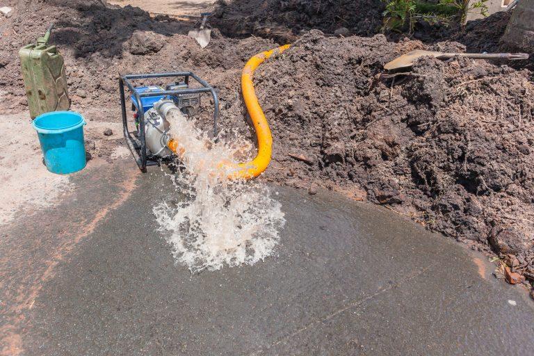 Bomba de agua drenando pozo