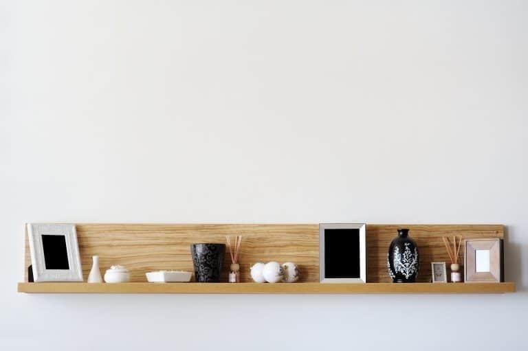 Una estantería simple con cosas