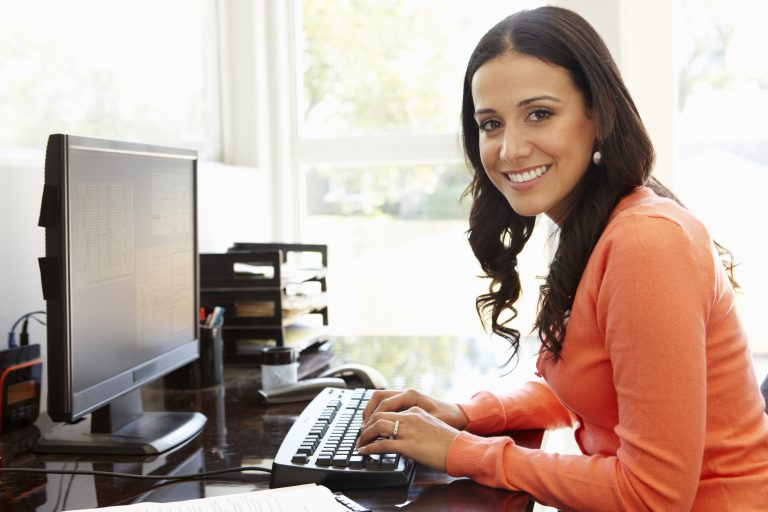 Mujer sonriente trabajando en pc