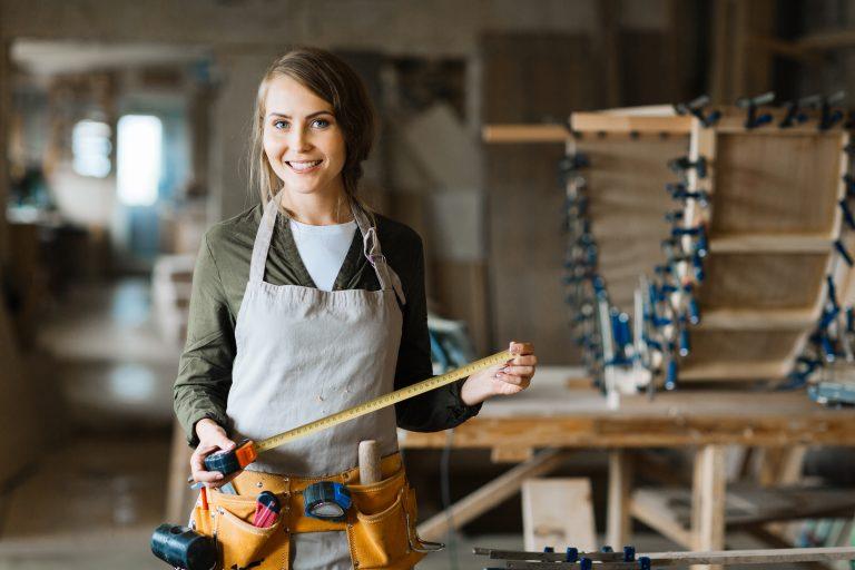Una chica carpintera
