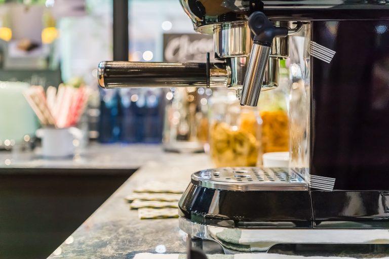 Cafetera multifunción en una cocina