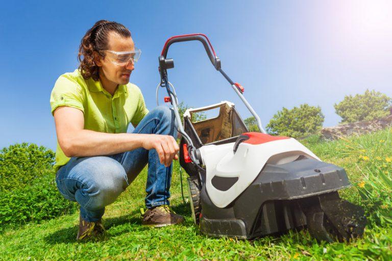 Jardinero con cortacesped eléctrico