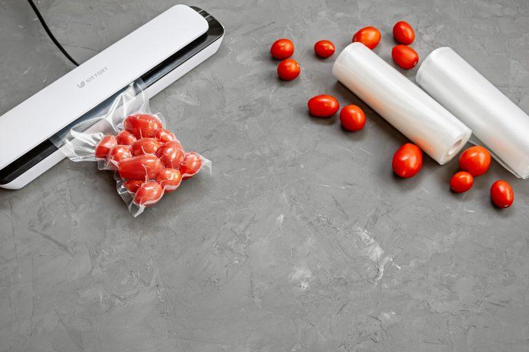 Sellador de bola blanco sellando tomates