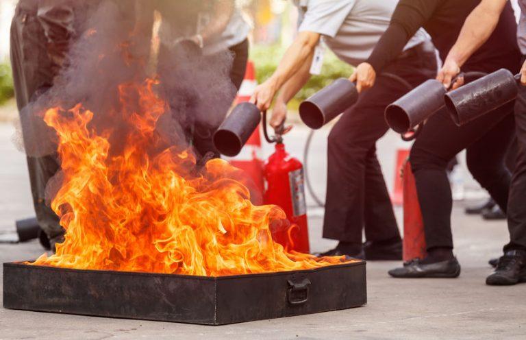 Hombres probando la eficacia de extintores