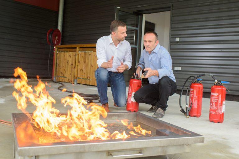 Hombre enseñando como usar el extintor