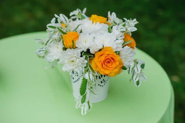 Florero con flores blancas