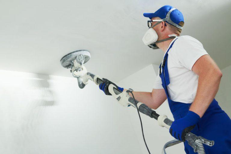 Hombre arreglando pared