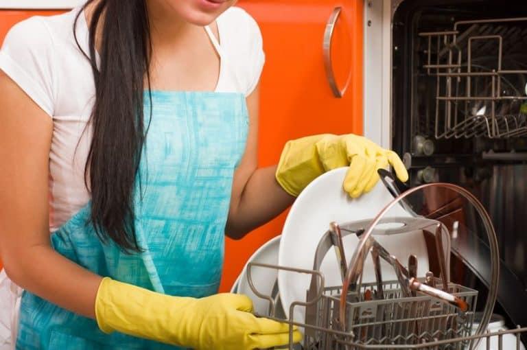 Ama de casa con lavavajillas