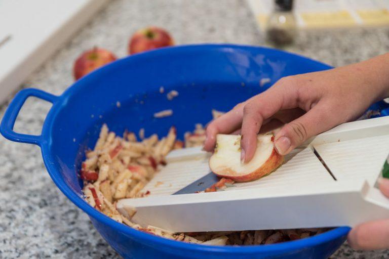 mandolina cortando manzana