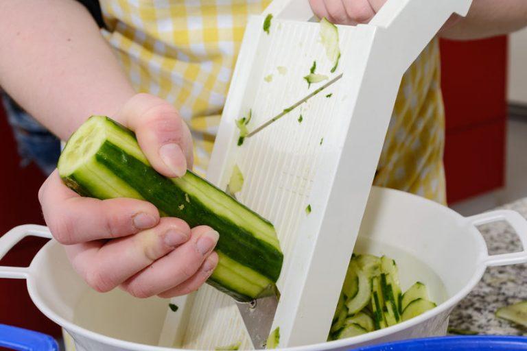Mandolna cortando pepino
