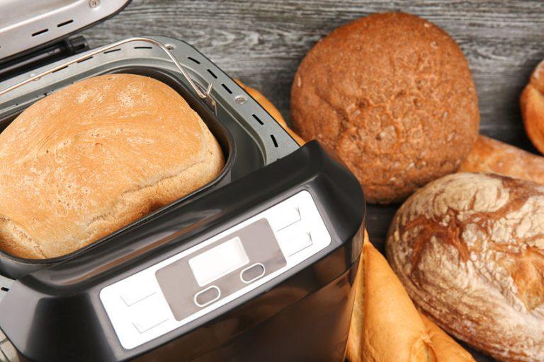 Pan recién hecho dentro de panificadora