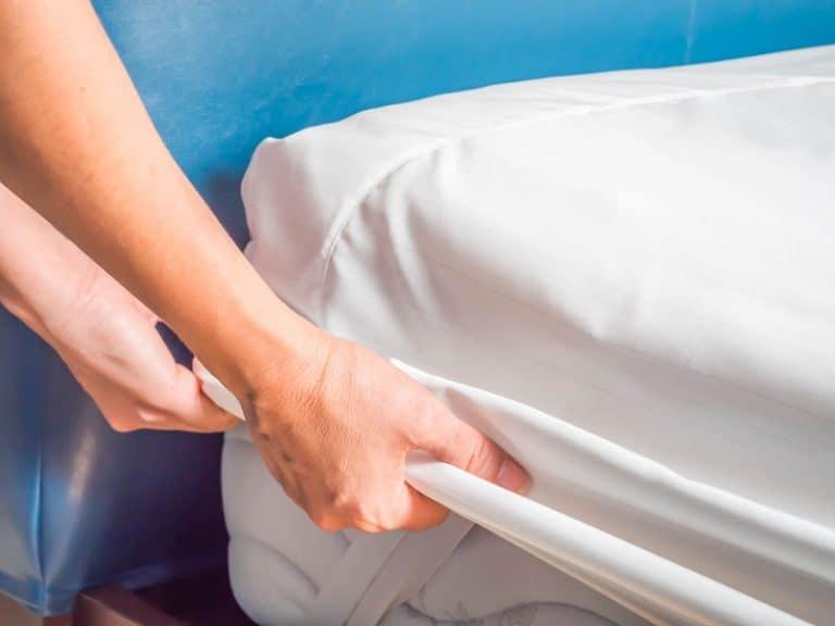 Mujer halando la cama