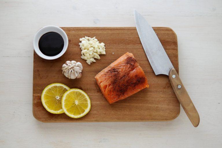 Alimentos en tabla de madera