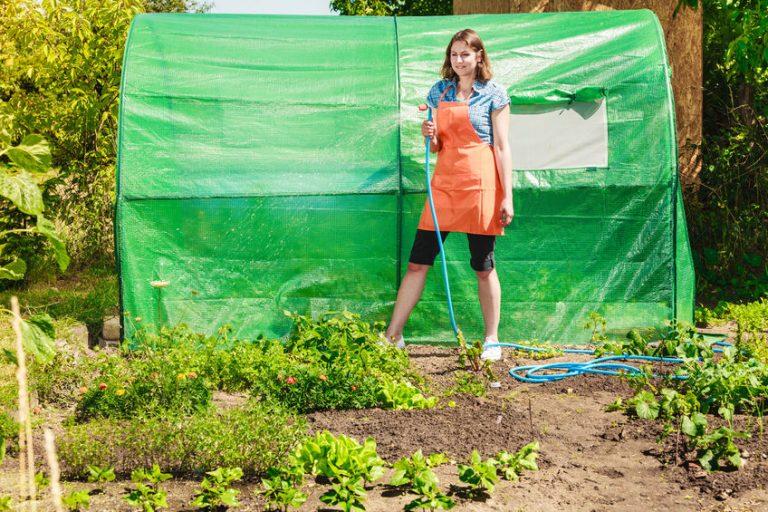 Mujer regado su jardín