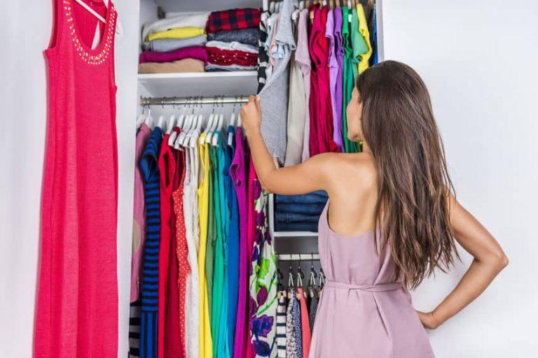Mujer viendo su ropa