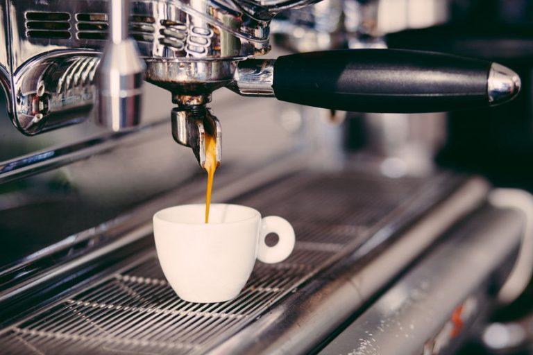 Café saliendo de cafetera