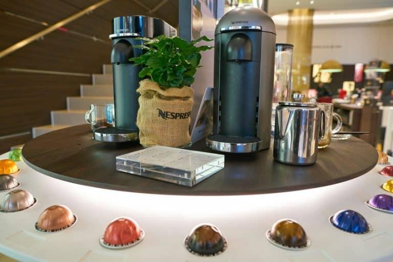 Una tienda Nespresso con varias cafeteras
