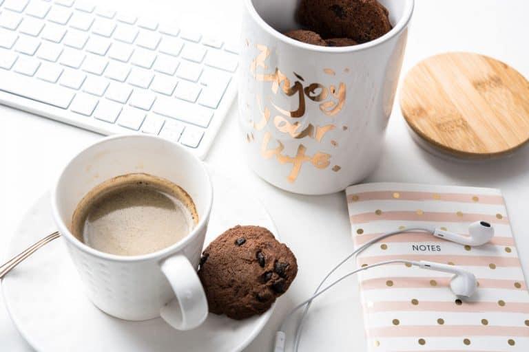Una taza de café y una galleta