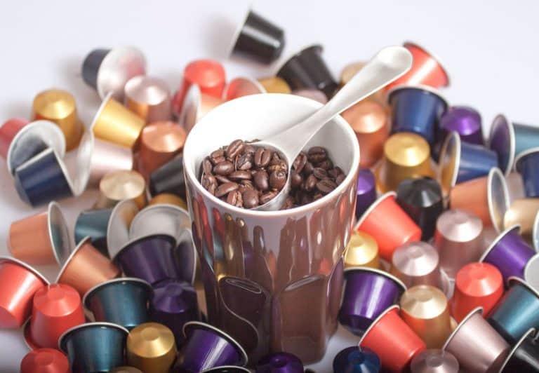 Muchas cápsulas de Nespresso con una taza
