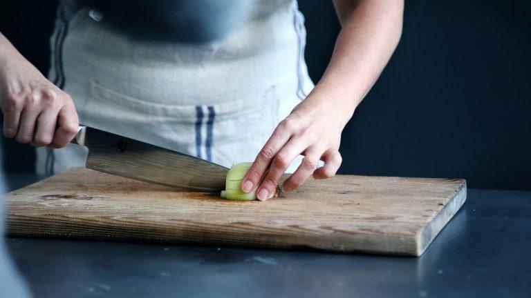 Mujer cortando alimentos