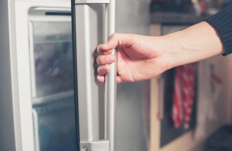 Mujer abriendo congelador