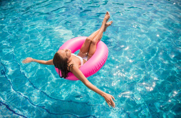 Mujer con flotador