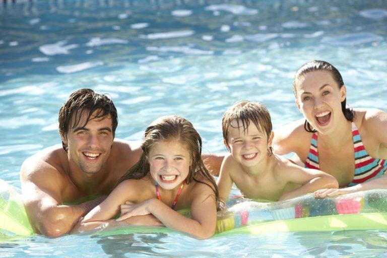 Familia en piscina