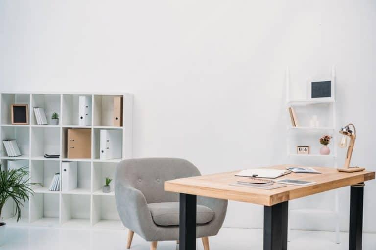 Una mesa, silla y estanterías