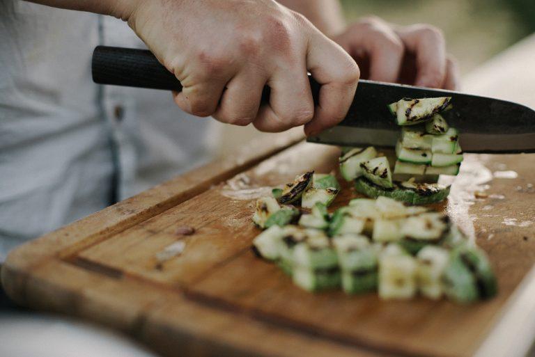 Hombre cortando alimentos