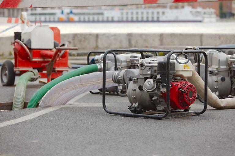 Una motobomba sacando agua