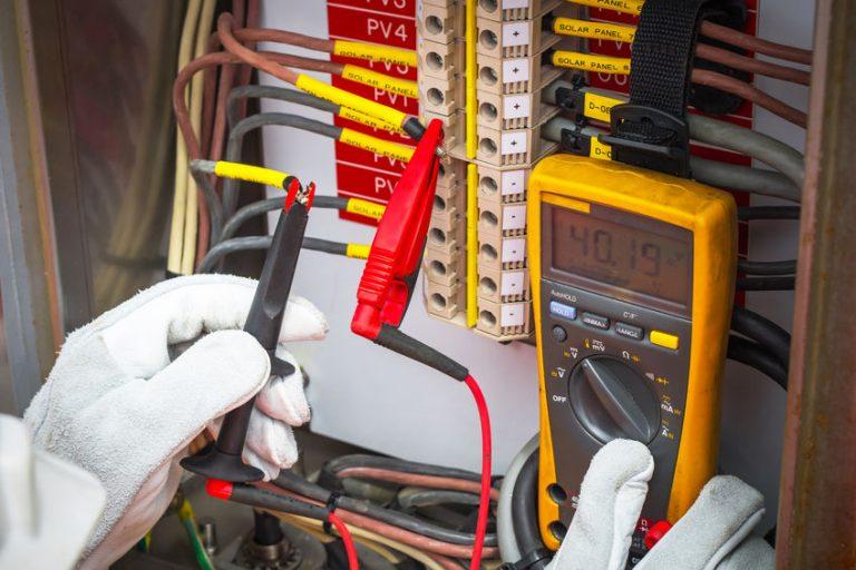 Unas manos trabajando con un multímetro