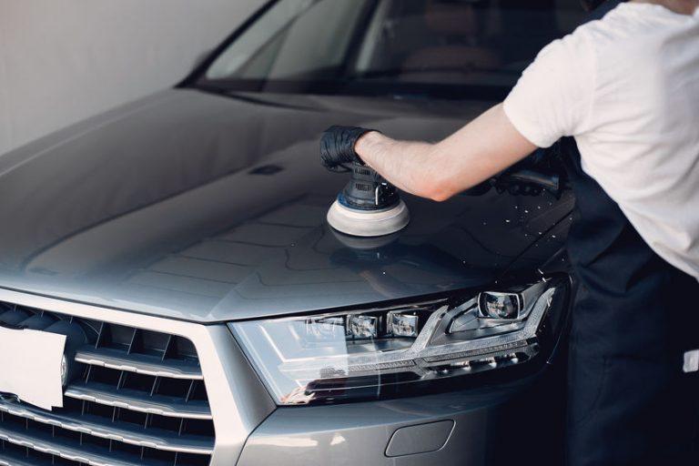 Hombre limpiando su carro negro