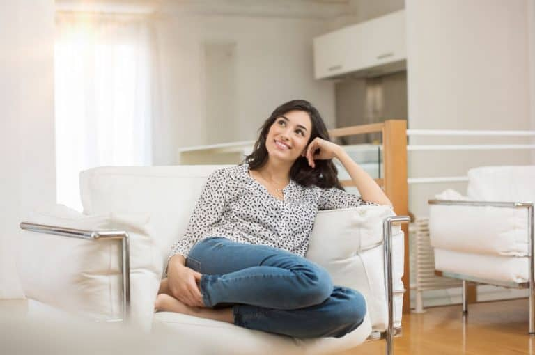 Mujer en sofá