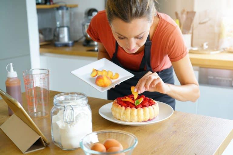 Una mujer cocinando un pastel