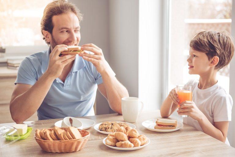Padre e hijo desayunando