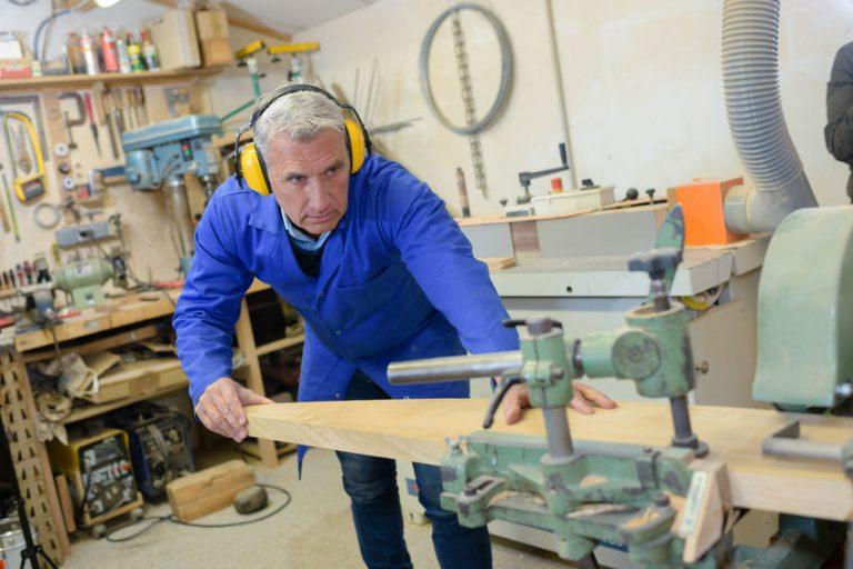 Un hombre trabajando en un taller