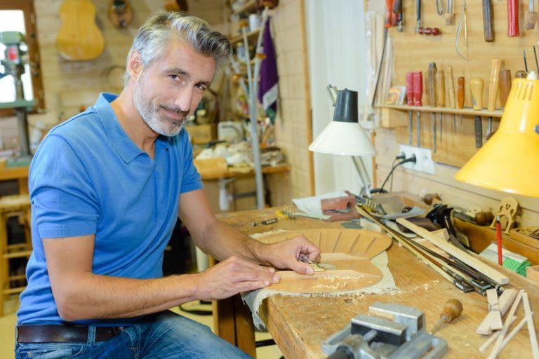 Un hombre joven trabajando en un taller