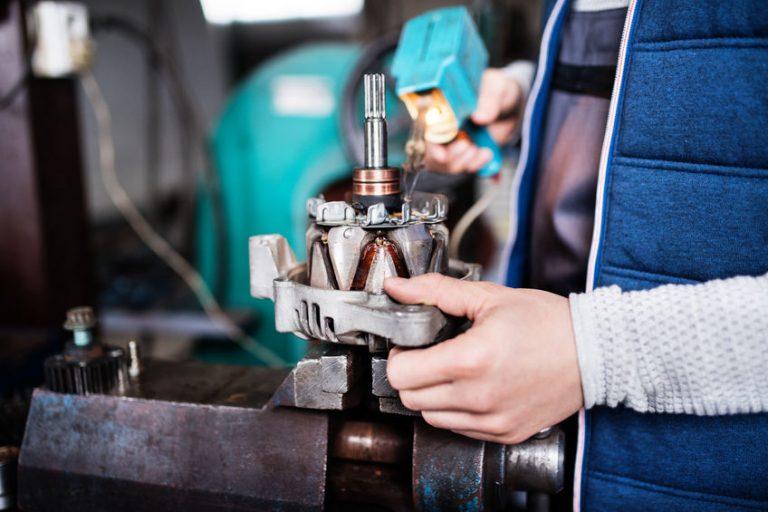 Un trabajador usando un tornillo de mesa