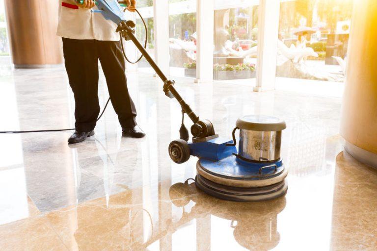 Hombre puliendo suelo