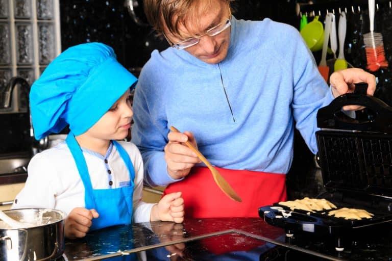 Padre e hijo haciendo gofres