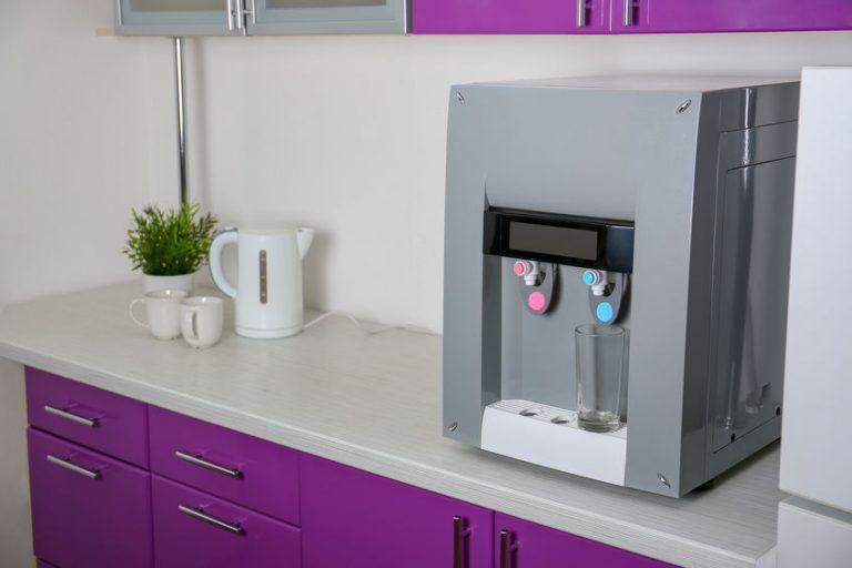 Dispensador de agua pequeño en cocina