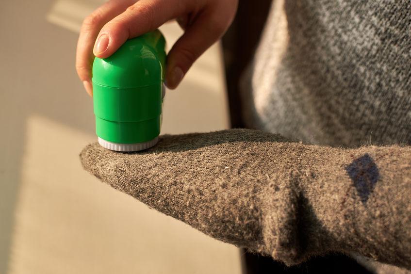 quitando pelusas de ropa
