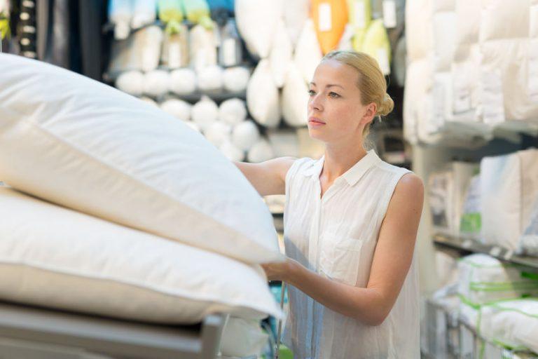Mujer escogiendo almohadas