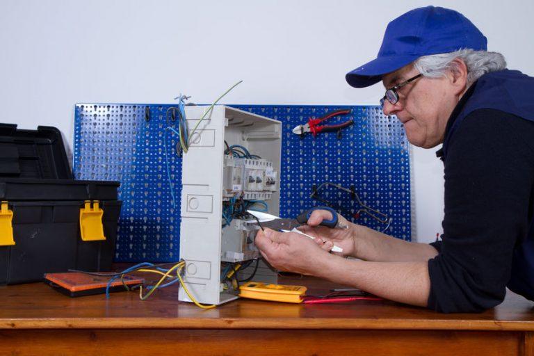 Hombre arreglando cables