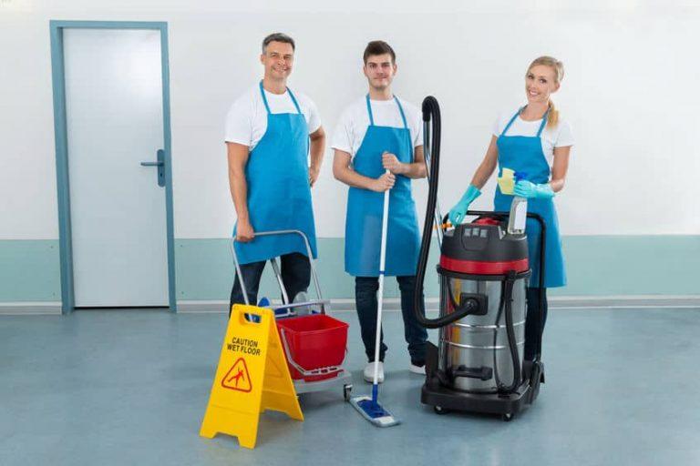 Personal de limpieza con aspiradora industrial