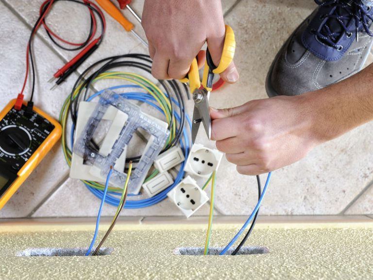 Hombre cortando cable