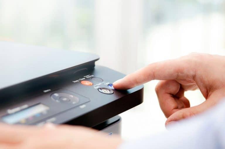 Una persona apretando un botón en un escáner