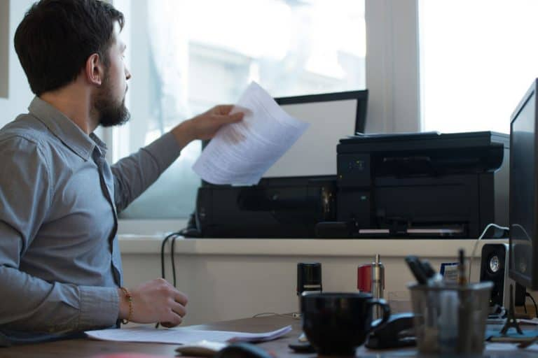 Un trabajador usando un escáner en el trabajo