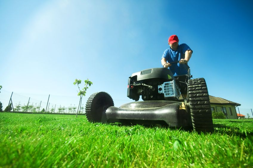 jardinero con segadora